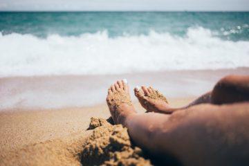 Vos pieds au bord de l'eau