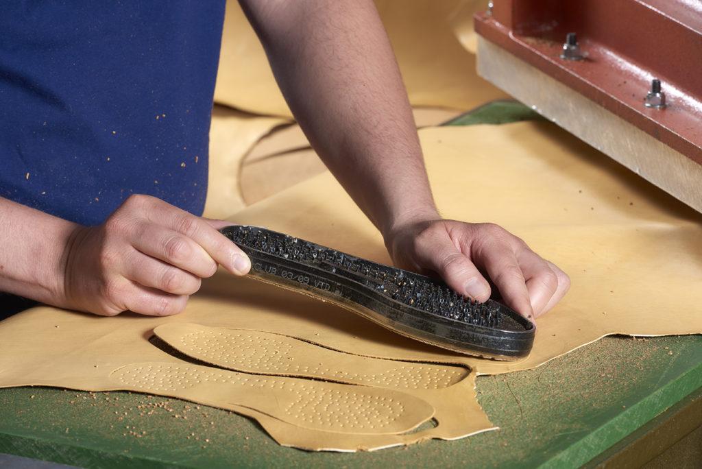 découpe du cuir à la main