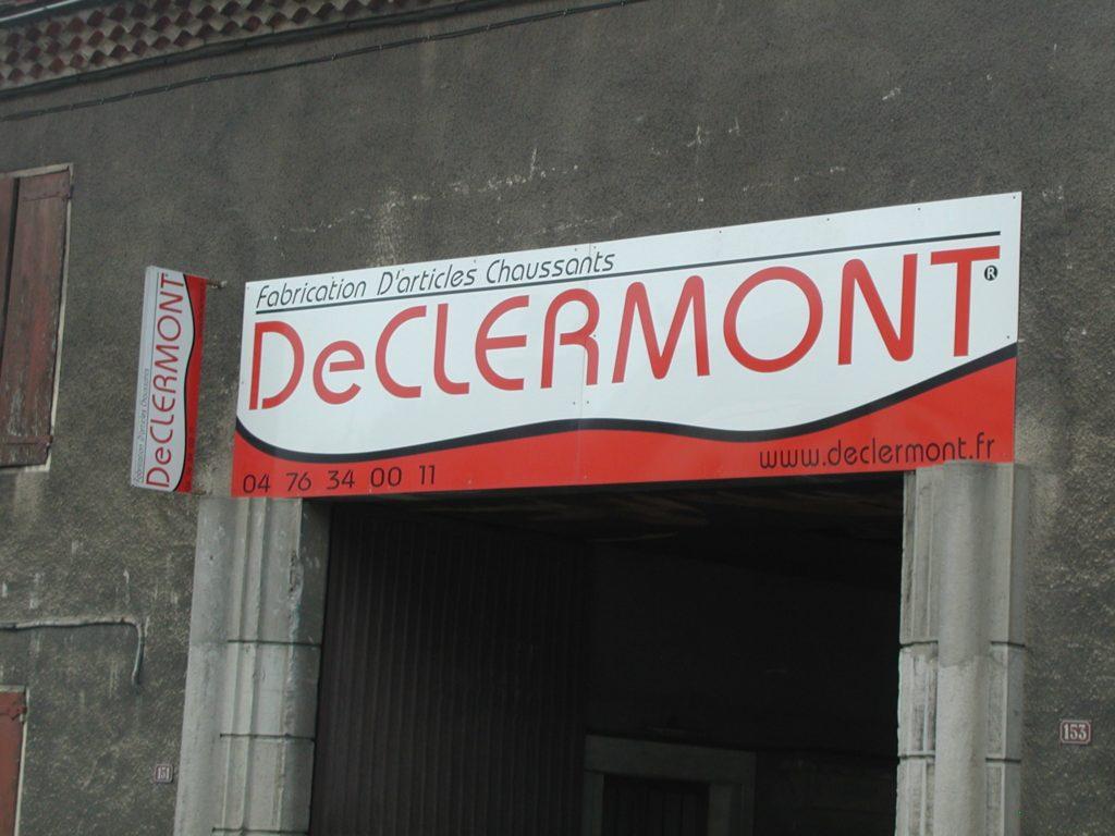 Enseigne devant les anciens bâtiments DE CLERMONT, située 153 grand rue, à Monestier de Clermont