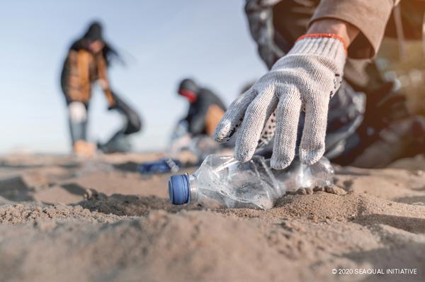 Des personnes ramassant des bouteilles plastiques
